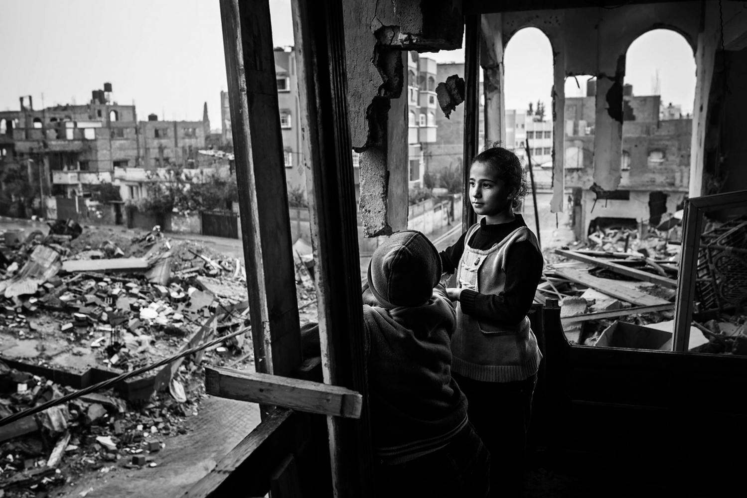 Gaza, Beit Hanoun: Shorouk Abu Ouda, 11 ans, regarde la pluie qui tombe sur les ruines de son quartier. 16/11/14